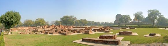寺庙和鹿野苑古城的佛教stupas 免版税库存照片