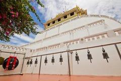 寺庙响铃垂悬在金黄登上寺庙 免版税库存照片