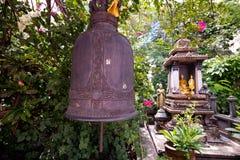 寺庙响铃垂悬在金黄登上寺庙 库存照片