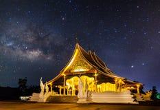寺庙在与银河的晚上 免版税库存图片