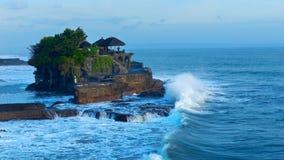寺庙在海岛巴厘岛海岸的Tanah全部在印度尼西亚 免版税库存图片