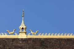 寺庙在蓝天的屋顶上面在万象省,老挝 免版税库存照片
