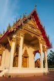 寺庙在蓝天/那个下盛大皇家寺庙泰国 库存照片