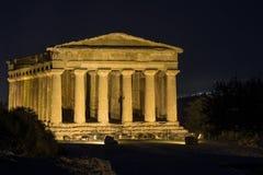 寺庙在阿哥里根托夜在西西里岛-意大利 库存图片