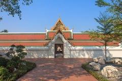 寺庙在Wat Saket,曼谷,泰国的墙壁曲拱 库存照片