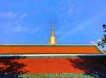 寺庙屋顶和金黄塔 库存照片