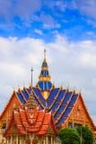 寺庙屋顶蓝色在曼谷,天空背景的古老美丽的泰国 免版税库存图片
