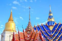 寺庙屋顶蓝色在曼谷,天空背景的古老美丽的泰国 库存照片