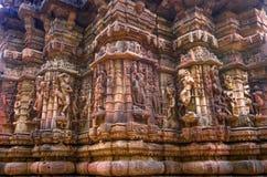 寺庙废墟外墙和印度和耆那教的宗教美妙地被雕刻的石雕塑  免版税库存照片