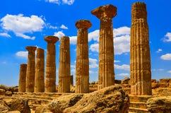 寺庙废墟的石专栏在阿哥里根托,西西里岛 库存照片