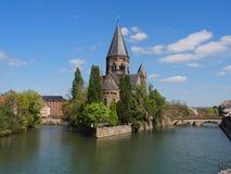 寺庙教会在有河的摩泽尔梅茨 库存照片
