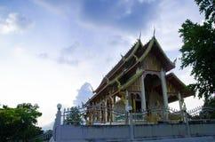 寺庙是那个属于心脏和我的在山在天空下 免版税图库摄影