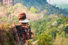 寺庙有在屋顶的岩石 图库摄影