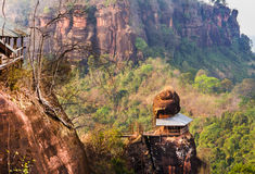 寺庙有在屋顶的岩石 库存照片