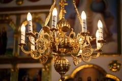 寺庙的内部有一盏大枝形吊灯的 图库摄影