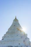 寺庙的古老塔有太阳射线的 库存图片