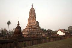 寺庙的在晚上,泰国古老塔。 免版税库存图片