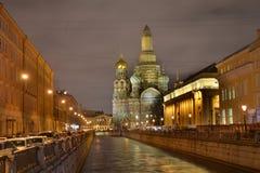 寺庙的复活溢出的血液的俄罗斯救主 圣彼德堡 在河的晚上 免版税库存照片