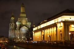 寺庙的复活溢出的血液的俄罗斯救主 圣彼德堡 在河的晚上 库存图片