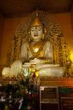 寺庙的曼德勒缅甸坐的大理石菩萨 免版税图库摄影