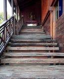 寺庙的木台阶 免版税库存图片