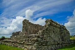 寺庙的残破的墙壁在Tulum暴露大厦的内部的建筑细节 免版税库存照片