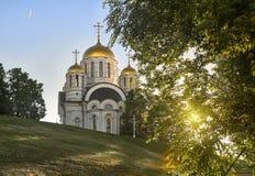 寺庙的看法,站立在伏尔加河俄罗斯的陡峭的银行,翼果 免版税库存图片