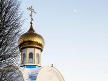 寺庙的积雪的圆顶在蓝天背景的 免版税库存照片