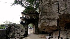 寺庙的门在峭壁旁边的 库存照片