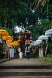 去寺庙的巴厘语母亲和儿子, Ubud 库存照片