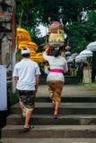 去寺庙的巴厘语男人和妇女, Ubud,巴厘岛 免版税图库摄影