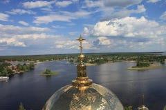 寺庙的Golden Dome在湖Seliger背景的  库存照片