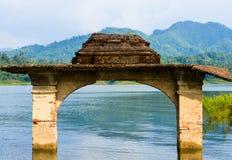 寺庙门在湖 图库摄影