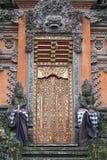 寺庙门有装饰品的 与巨型根的奇怪的树在密林中 库存照片