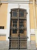寺庙门的伪造的格子与装饰品的 库存照片