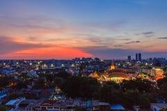 寺庙顶视图在曼谷市中,泰国村庄的  免版税库存照片