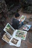 寺庙Banteay Kdei寺庙的柬埔寨年轻画家。吴哥 免版税图库摄影