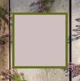 寻常桃红色石南花花的紧急电报,埃里卡,在白色土气桌上的石楠堆  贺卡为母亲或妇女天 免版税图库摄影