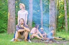 寻找伴侣旅行和远足 公司朋友夫妇或家庭喜欢一起放松森林令人敬畏远足 免版税图库摄影