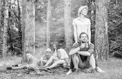 寻找伴侣旅行和远足 公司朋友夫妇或家庭喜欢一起放松森林令人敬畏远足 库存照片