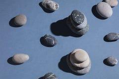 寻找和收集各种各样的形状石头  库存图片