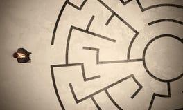 寻找在圆迷宫的失去的商人一个方式 免版税库存图片