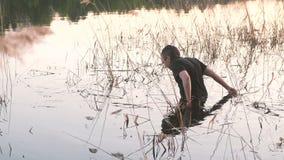 寻找在河水的渔夫一辆被隐藏的滑车 股票视频