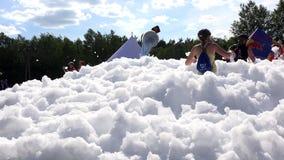 寻找在orienteering的挑战的运动员检验站在泡沫之间 影视素材