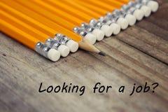 寻找工作题字 聘用的聘用补充 咖啡和黄色铅笔在土气木书桌 找到工作 免版税库存照片