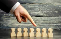 寻找新的雇员和专家的商人 人员挑选和管理的概念在队内 遣散 免版税库存图片