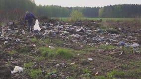 寻找有用的项目和食物生存的无家可归的人在垃圾之间在转储垃圾堆 环境 股票录像