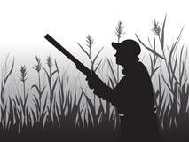 寻找猎鸟 瞄准天空的猎人 拿着步枪的一个人 在鸭子的射击 野生生物 向量 皇族释放例证