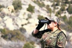 寻找的双筒望远镜查找妇女 库存图片