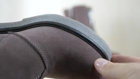寻找绒面革与金属拉链的裁缝时尚起动 股票录像